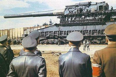 Adolf Hitler watching the Schwerer Gustav.